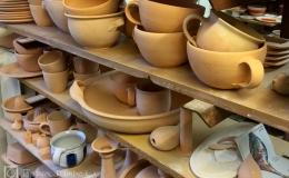 Töpferei Dambeck: Regal mit Keramik